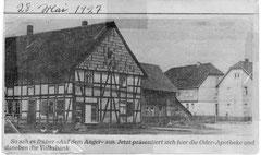 """Haus Strüver am Anger mit """"Lüdeckes Milch und Lebensmittelgeschäft"""" um 1950, dahinter noch das Haus von August und Minna  Mönnich, an dessen Stelle heute die Volksbank steht."""