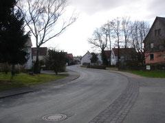 Blick aus der Kurve in die Mühlenstraße, vorn rechts der Meierhof