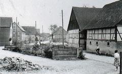 in etwa der gleiche Blick, die Scheunen rechts gehörten zum Meierhof, sie standen gegenüber der Mühle auf der anderen Straßenseite