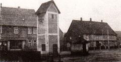 Das Transformatorenhaus und das Häuschen der öffentlichen Waage(bis ca.1955)auf  dem Anger. Hinten links links der Konsum (Heute Pizzeria) und rechts das alte Rathaus,  heute beherbergt es oben unsere Webstube und unten den Paper-Shop und die Sparkasse
