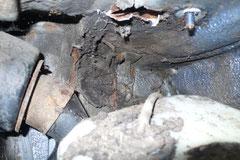 Straßenschmutz sammelt sich hinter Ausgleichsbehälter und Tankstutzen, die Folgen seht ihr auf den folgenden Bildern.