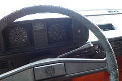 Es gab zahlreiche Modifikationen beim T3; erstmalig zum Modelljahr 1982 beim Wechsel von luft- auf wassergekühlt. Weitere tiefgreifende Änderungen gab es zum Modelljahr 1986 bei Fahrwerk, Kühlung, Karosserie & Innenraum. Bild zeigt Cockpit v. 1981