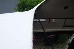 Auch ein Klassiker am Hochdachbus. Wassereintritt an der Bugscheibe infolge von ausgehärteter Dichtmasse.