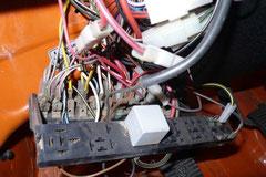 Hier sieht man die erste Generation des (kleinen) Sicherungskasten, verbaut bis ca.1984. Generell ist die Elektrik das T3 robust, Fehlerquellen sind Basteleien der Vorbesitzer und oxidierte Steck-/Kabelverbindungen wie hier auf dem Bild zu sehen.