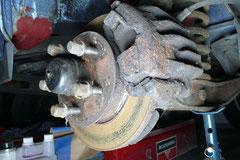Teures Vergnügen, Standschäden (hier eine festgegammelte Vorderradbremse) können ein Loch in die Kasse reißen