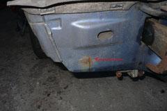 Aufgewirbelter Schmutz und poröse Dichtnähte lassen das Heckblech von innen durchrosten, bei Bussen mit GFK Stoßstange erst nach Abbau der Stoßstange sichtbar.
