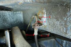 Hier sehen wir direkt 4 Schwachstellen (Rad abgebaut): 1) stark angerostete Bremsleitung 2) durchgerostete Blechfalz durch rissigen Unterbodenschutz 3) poröse Benzinschläuche vom Tanküberlauf 4) ausgeschlagene Achslenkerbuchsen (Schrauben aus d. Mitte)