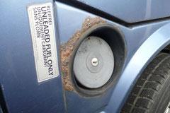 Schmutz und Spritzwasser sorgen für durchgerostete Tankstutzen und die umliegenden Blechpartien. Rostfreie Exemplare können duch Radhausschalen geschützt werden. (Nur 2WD)