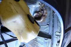 Hinter den Ausgleichsbehältern vom Tank sammelt sich über die Jahre Schmutz und läßt die Stirnwand durchrosten (nur 2wd)