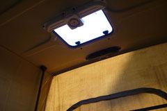 Der Aufsteller vom Dach sollte nicht verschlissen  und das integrierte Dachfenster (hier Westfalia) dicht und ohne Risse sein.