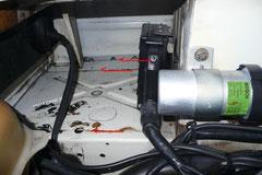 Beim Blick hinter die Rückleuchten vom Motorraum aus achtet auf rostfreie Blechüberlappungen.