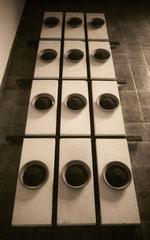 Convito. Mattoni in gasbeton, piatti di terracotta, terra, legno. 1992. cm 300x120