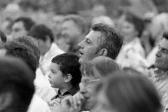père et fils spectateurs attentifs