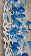 Nicolas Laty- Installation de méduses sur mur de Biot village-Verre soufflé- Galerie Gabel-Biot