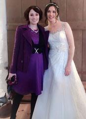 Hochzeitssängerin Juli mit Braut Anna