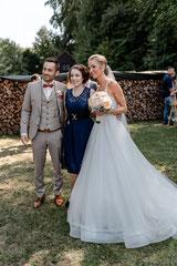 © Julia Raum Fotografie: Hochzeitssängerin Juli mit Brautpaar Miriam und Fabian
