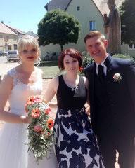 Hochzeitssängerin Juli mit Brautpaar Sabrina und Florian