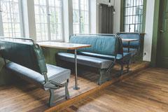 Die bequemen original Schienenbus-Sitzbänke und -Tische.