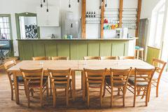 Der Schalterraum bietet genug Platz für ein gemütliches gemeinsames Essen.