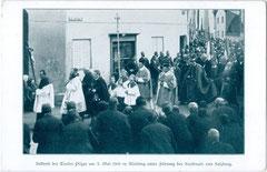 Pilger (aus dem Tiroler Anteil der Erzdiözese Salzburg) unter Führung des Kardinals von Salzburg in Altötting am 3. Mai 1908. Autotypie 10 x 15 cm; ohne Impressum.  Inv.-Nr. vu105at00008
