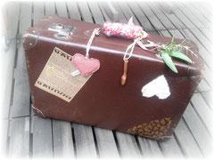 ein alter Koffer wurde während meiner Kreativ-Kurse bei Creative Werkstatt zu meinem persönlichen Koffer