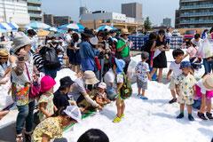 雪の広場は子供たちでいっぱい