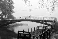 Monique : Sur le pont à Annecy