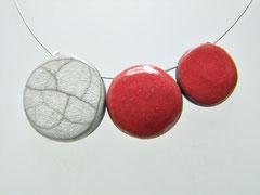 fiche descriptive de ce collier en poterie rouge et blanc