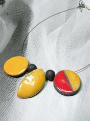 détail du collier bicolore en céramique