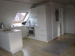 Offene Küche ausgestattet mit 12-teiligem Geschirr und Besteck
