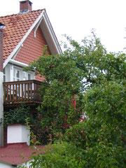 Seitenanblick vom Haus mit Balkon