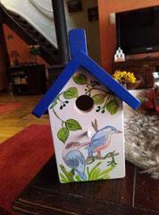 houten nestkastje beschilderd met vogelmotief