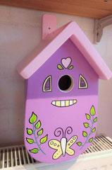 houten nestkastje beschilderd pastelkleuren