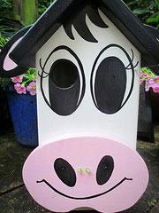 """Houten Nestkastje , """"Nestkastjes in vorm van een Koe wit-rosa, Details, Vogelhuisje bouwen ,  vogelhuisje Koe eindresultaat"""