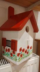 houten nestkastje beschilderd rode klaprozen