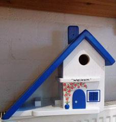 houten nestkastje beschilderd Grieks huis vogelhuis pindakaas pothouder