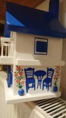 houten nestkastje beschilderd Grieks taverne met balkon_3