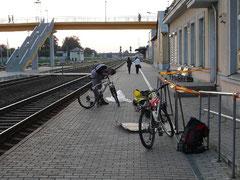 Emballage et deballage des velos sont de mise a chaque voyage en train. Ici déballage à la gare de Siauliai.