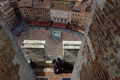 Siena Blick vom Turm des Rathauses auf die Piazza del Campo mit der Fonte Gaia