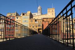 Stadtansicht von Girona entlang des Riu Onyar