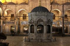 Im Innenhof der Neuen Moschee (Yeni Camii)