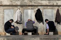Männer beim Fußwaschen vor dem Freitagsgebet