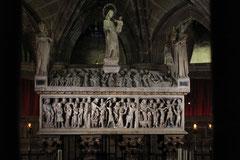 Alabastersarkophag in der Krypta der Kathedrale von Barcelona