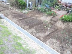 2012/05/21(月)  エンジェルキッチン横の長ーい畑にハーブやラディッシュ、トマトなどを育てています
