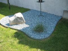 Trennung zwischen Gras und Steinbeet durch Metallrasenkanten