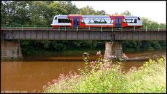 Am 08.08.2010 überquert die Citybahn bei Hochwasser die Zschopaubrücke bei Braunsdorf.