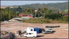 Hier ist die Baustelle zur Ortsumfahrung Flöha im Bereich der Anbindung Niederwiesa zu sehen. Am 13.10.2010 passiert gerade die Erzgebirgsbahn.