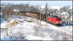 Eine Lok der Baureihe 185 zieht am 05.01.2010 den VW-Zug in Richtung Mlada Boleslav durch das winterliche Niederwiesa.