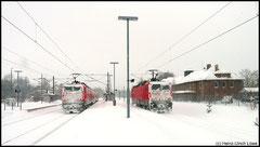 Ein schneereicher Dezember 2010 erschwert auch den Zugverkehr. Hier warten zwei Loks der Baureihe 143 am 15.12. auf ihren Einsatz.
