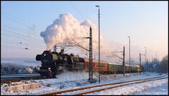 Am 27.11.2010 erreicht ein Sonderzug mit 52 8080 aus Löbau Niederwiesa.